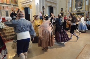 indumentaria-baile-tradición-falleras-iglesia-la magrana-mantones