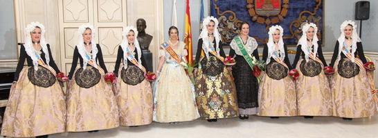 Máximas representantes de las Fiestas en València, Alicante y Castellón junto a las Damas de Carmen Caballero. Vestidos y tradiciones con características singulares.